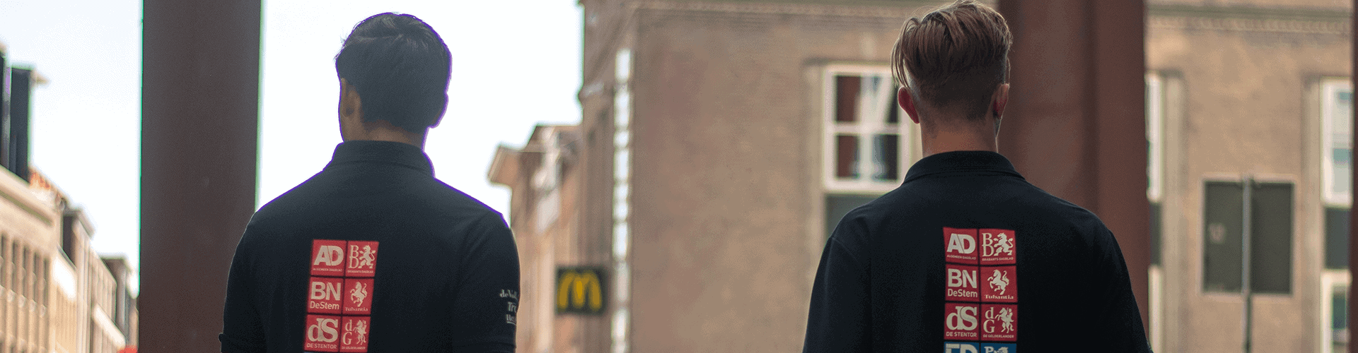 twee jongens in de stad met rug naar de camera